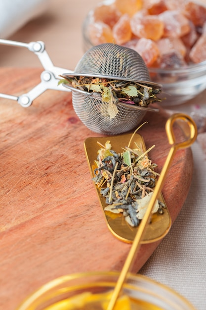 Tamis Métallique Avec Tisane Séchée Dans Une Tasse En Verre Photo Premium