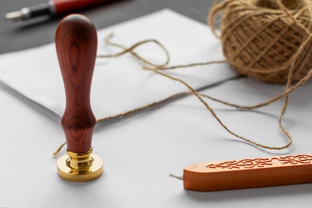 Tampon En Cire Pour Notaire. Enveloppe Blanche Avec Cachet De Cire Marron, Cachet Doré. Photo Premium