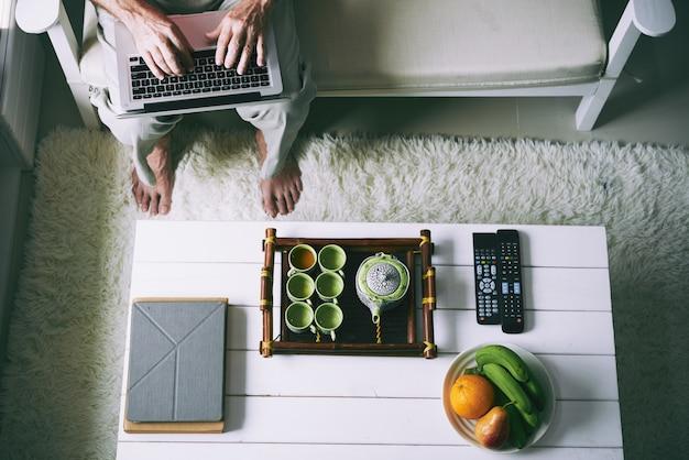 Taper sur un ordinateur portable à la maison Photo gratuit