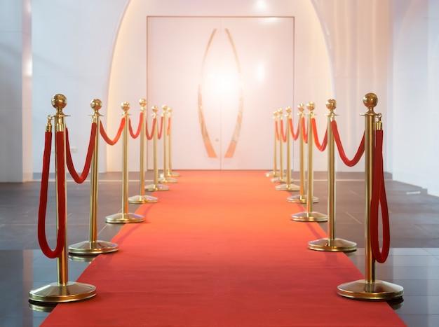 Tapis rouge entre les barrières de corde dans la soirée du succès Photo Premium