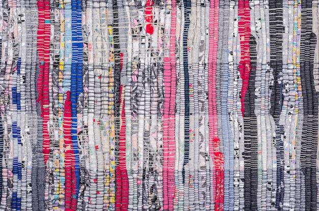 Tapis de sol en chiffon rustik. recycler les déchets textiles. production sans déchets. Photo Premium