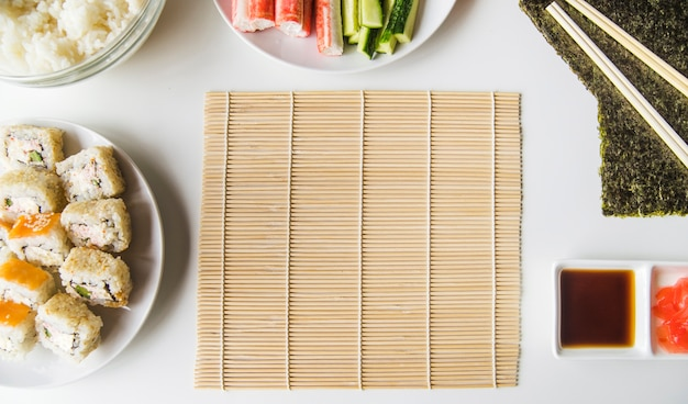 Tapis de sushi avec des ingrédients Photo gratuit