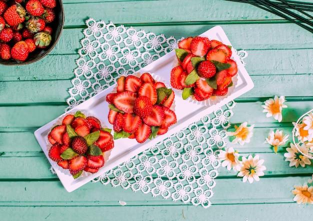 Tartalettes à la fraise rouge en forme de fleur sur la table. Photo gratuit