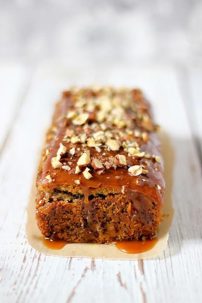 Tarte au caramel au brownie avec cacahuètes émincées et noix Photo gratuit