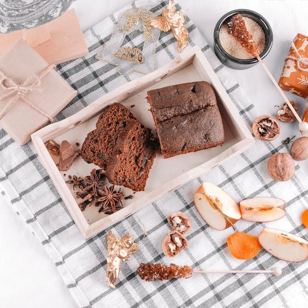 Tarte au chocolat avec des coffrets cadeaux sur la table Photo gratuit