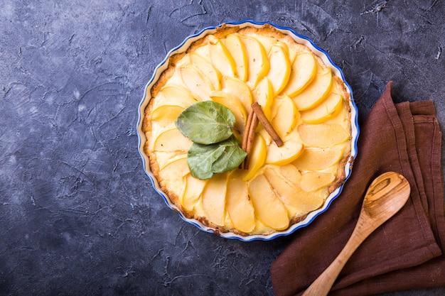Tarte Au Coing Avec Crème Pâtissière Ouverte Et Pâte Brisée Et Cannelle. Photo Premium