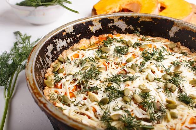 Tarte au potiron sucrée au fromage et à l'aneth dans une poêle en métal Photo Premium
