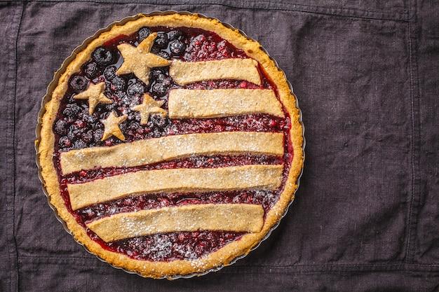 Tarte aux baies de drapeau américain, vue de dessus. concept de la fête de l'indépendance de l'amérique. Photo Premium