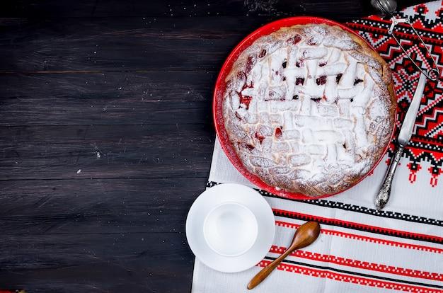 Tarte aux cerises dans un verre rond, gâteau à la levure Photo Premium