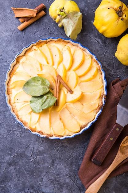 Tarte aux coings avec crème pâtissière ouverte et pâte sablée à la cannelle. Photo Premium