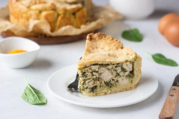 Tarte aux épinards, au poulet et à la ricotta avec des feuilles d'épinards fraîches, de la ricotta et des œufs. Photo Premium