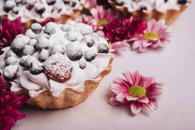 Tarte aux fleurs fraîches et baies à la crème fouettée Photo gratuit