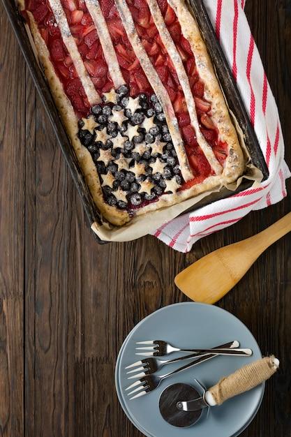 Tarte Aux Fraises Et Bleuets Drapeau Américain. 4 Juillet. Jour De L'indépendance Des états-unis Photo Premium