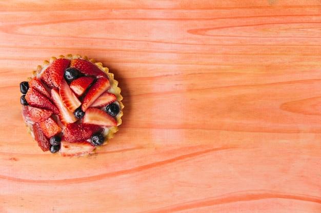 Tarte aux fraises sur un bureau en bois Photo gratuit