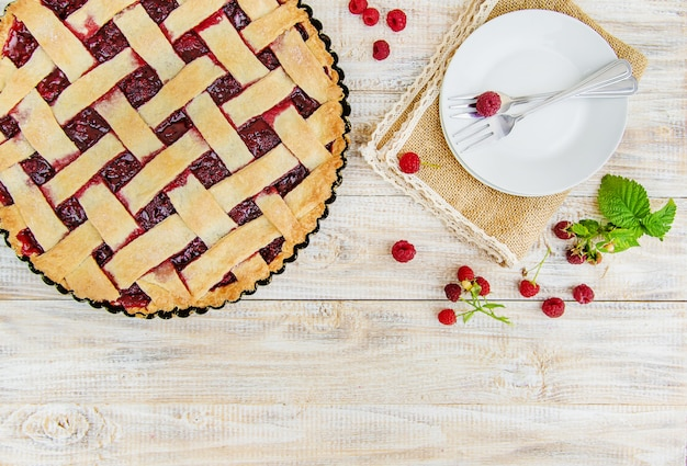 Tarte aux framboises sur la table. Photo Premium