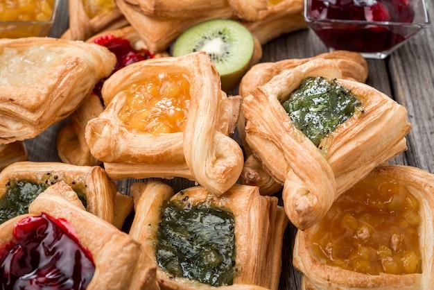 Tarte Aux Fruits Frais Avec Confiture De Baies, Menthe Sur Table En Bois. Désert. Photo Premium