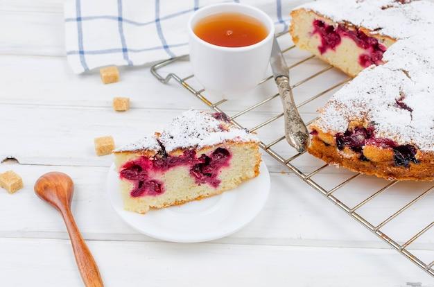 Tarte aux fruits et thé sur une table en bois Photo Premium