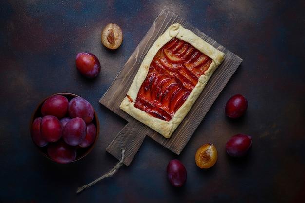 Tarte aux galettes de prunes fraîches avec des prunes crues Photo gratuit