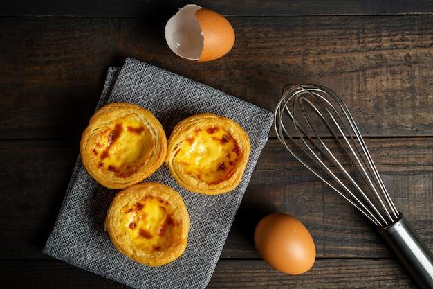 Tarte aux œufs sur bois. Photo gratuit