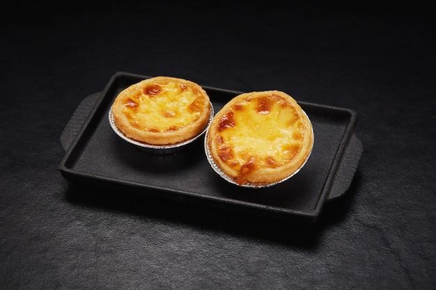 Tarte aux œufs sur carreau noir Photo Premium