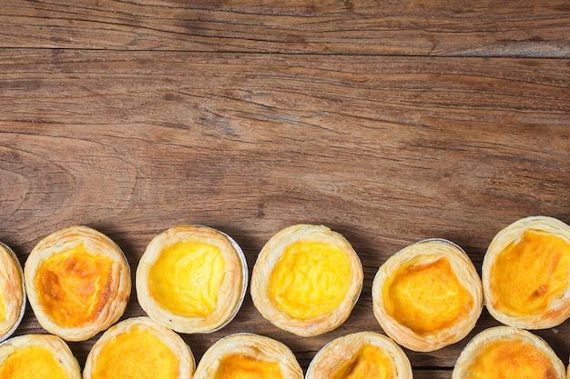 Tarte aux œufs, dessert portugais traditionnel Photo Premium