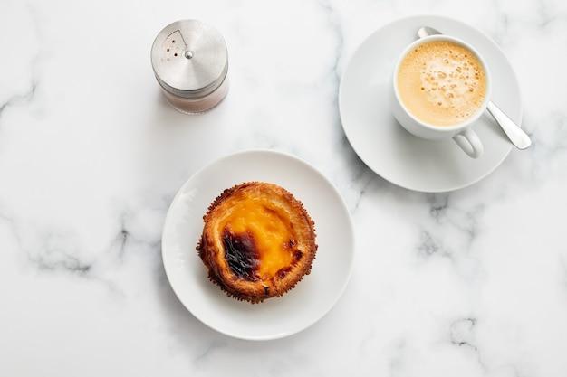 Tarte Aux Oeufs Typiquement Portugaise Pastel De Nata Avec Tasse De Café Sur Fond En Céramique Photo Premium