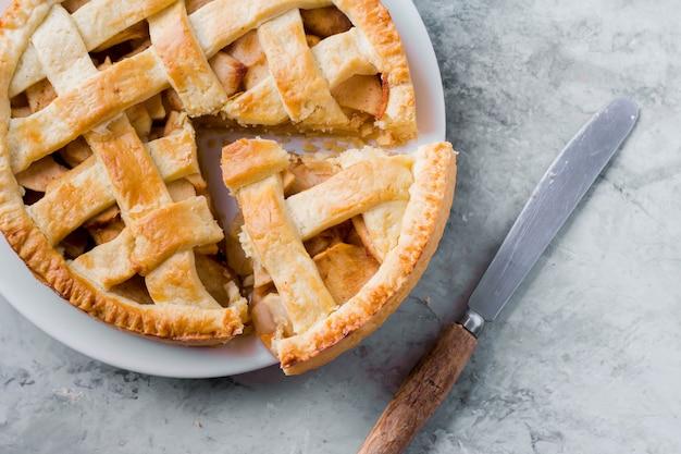 Tarte Aux Pommes Américaine Populaire Sur Une Table Grise Photo Premium