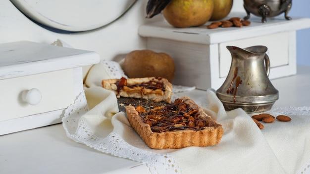 Tarte aux pommes au caramel sur le buffet en bois blanc Photo Premium