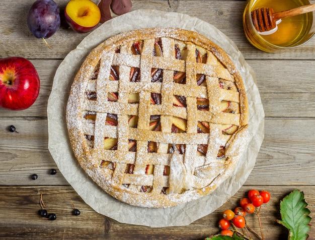 Tarte aux pommes aux prunes. cuisine. recettes. la nourriture végétarienne. Photo Premium