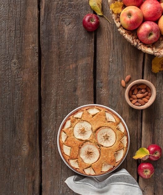 Tarte aux pommes maison sur un bois rustique Photo Premium