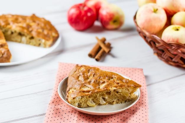 Tarte Aux Pommes Maison Avec Cannelle Et Pommes Mûres Fraîches Photo Premium
