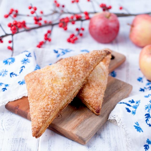 Tarte aux pommes sur une planche de bois et sur un fond blanc Photo Premium
