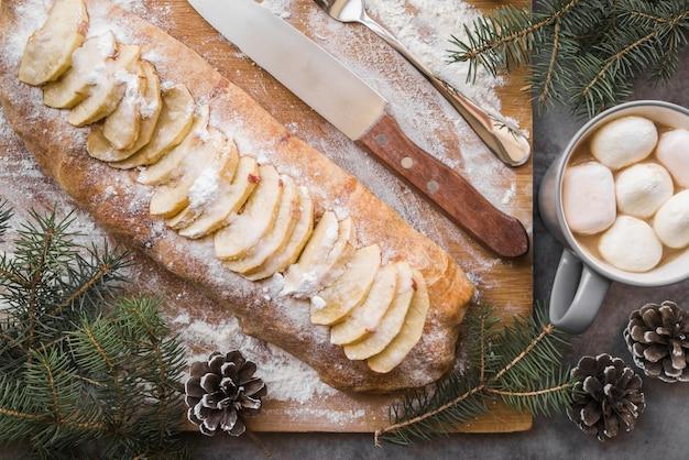 Tarte aux pommes sur planche de bois Photo gratuit
