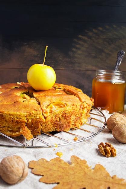 Tarte aux pommes, pommes jaunes, noix Photo Premium