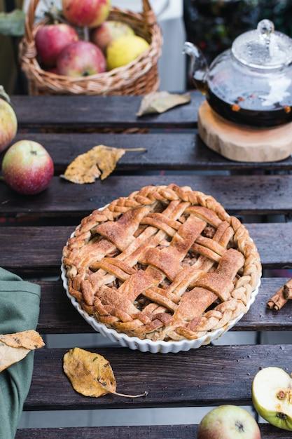 Tarte Aux Pommes Et Théière Au Thé Noir, Action De Grâces Photo Premium