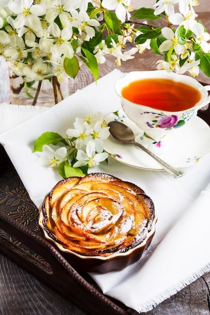 Tarte Aux Roses En Forme De Pomme Et Tasse De Thé Sur Le Plateau De Service Photo Premium