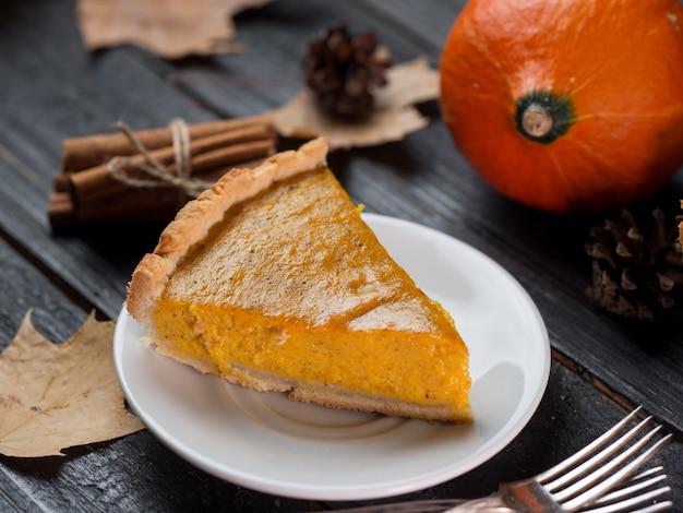 Tarte à la citrouille américaine traditionnelle pour thanksgiving à l'automne. délicieux gâteau fait maison Photo Premium