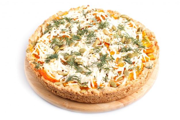 Tarte à la citrouille sucrée au fromage et à l'aneth isolé sur fond blanc Photo Premium