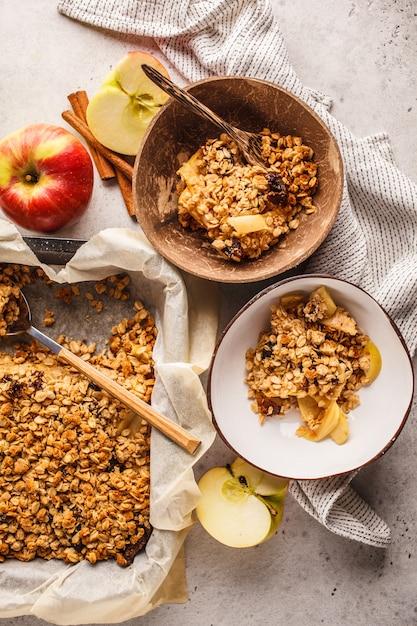 Tarte crumble d'avoine aux pommes végétalien automne dans un bol de noix de coco, vue de dessus. Photo Premium