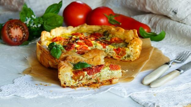 Tarte à grignoter à partir de pâte filo faite maison avec mozzarella, basilic, tomates et ail Photo Premium