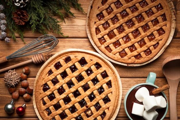 Tarte de noël vue de dessus avec chocolat chaud Photo gratuit