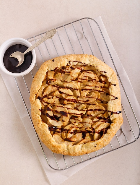 Tarte Ouverte Aux Pommes - Galette Avec Glaçage Au Chocolat Photo Premium