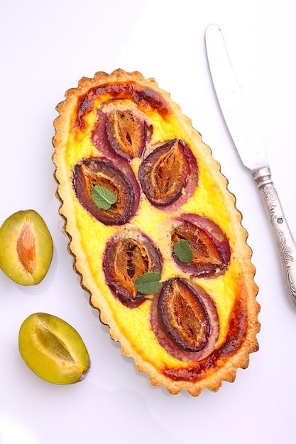 Tarte de pâtisserie aux prunes sur fond blanc Photo Premium