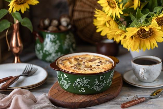 Tarte quiche aux champignons sur une table en bois. Photo Premium