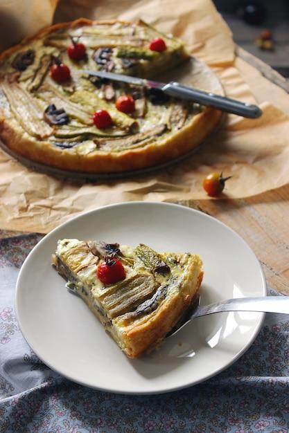 Tarte végétarienne faite maison avec des légumes roulés de couleur Photo Premium