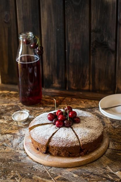 Tarte viennoise à la cerise. tarte aux cerises traditionnelle. crostata aux baies. marmelade. fait maison Photo Premium