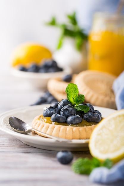 Tartelette Au Citron Et Aux Bleuets Frais Photo Premium