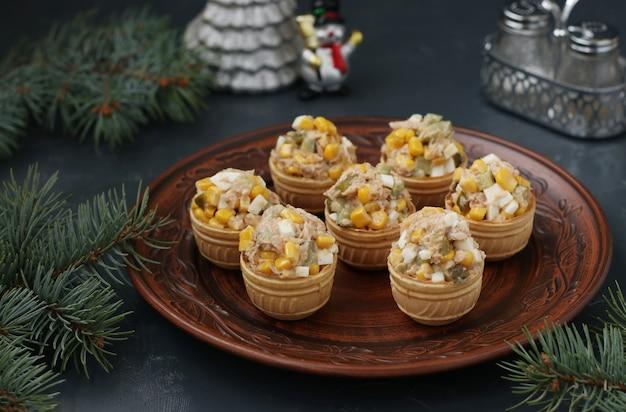 Tartelettes Au Thon, Maïs Et œufs Sur Une Assiette Sur Fond Sombre, Format Horizontal Photo Premium