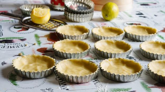 Tartelettes De Pomme Et Meringue, Cuisine Dans La Cuisine Photo Premium