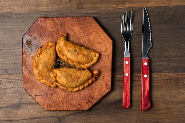 Tartes frites à plat avec couverts Photo gratuit